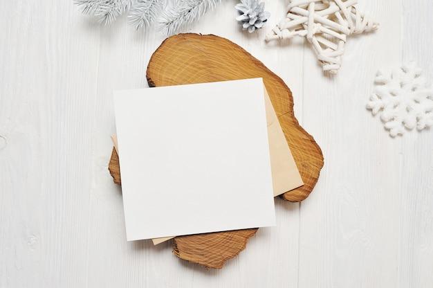 白い木の封筒にモックアップクリスマスグリーティングカードの手紙 Premium写真