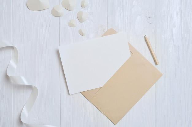 心とあなたのテキストのための場所でバレンタインデートカードの手紙と封筒 Premium写真