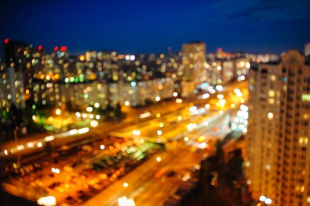 Вид на ночной город сверху размытые расфокусированные ночные огни Premium Фотографии