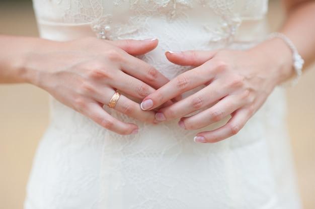 Руки невесты с кольцом и красивым свадебным маникюром Premium Фотографии