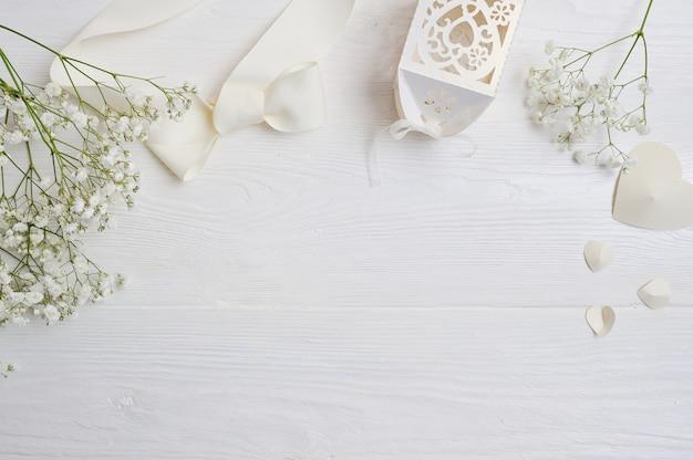 Макет композиция из белых цветов в деревенском стиле Premium Фотографии