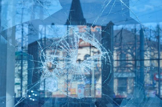 弾丸は窓にガラスを貫通 Premium写真