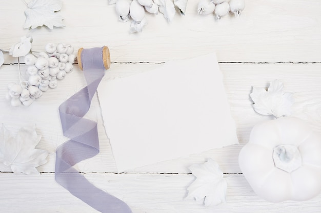 白カボチャ、果実、葉とグレーのリボン Premium写真