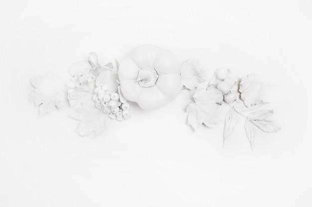 モックアップの白いカボチャ、果実、木の上の葉 Premium写真
