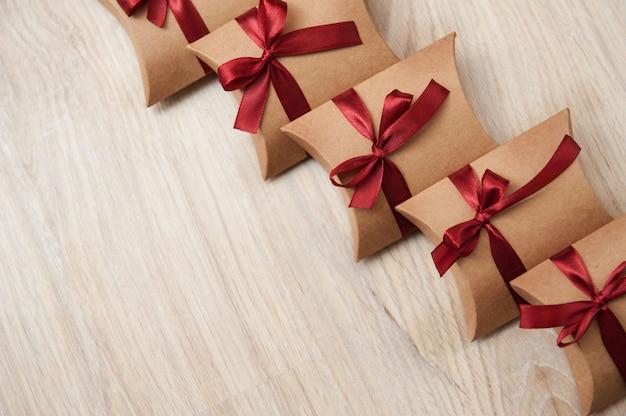 赤いリボンクラフト紙の美しい結婚式ボックス Premium写真