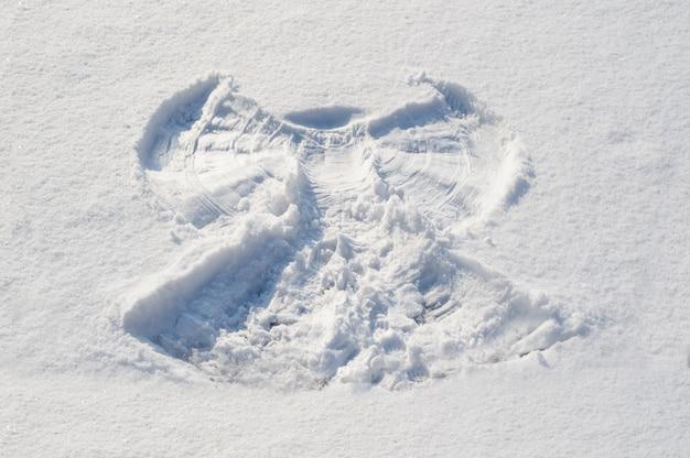 Знак ангела в снегу Premium Фотографии