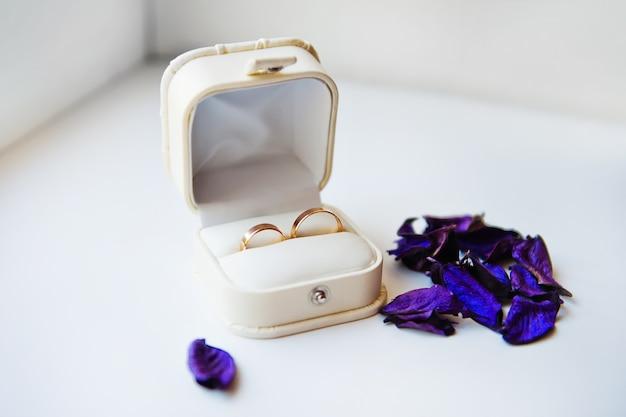 白いボックスに新郎と新婦の結婚指輪 Premium写真