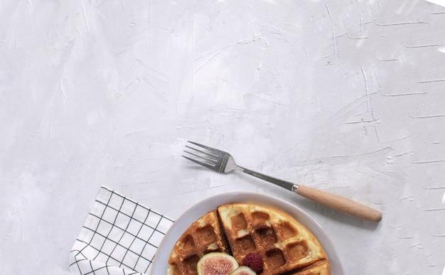 ベルギーワッフルイチジクラズベリー蜂蜜エスプレッソコーヒー白い木製の背景フラットレイアウト Premium写真