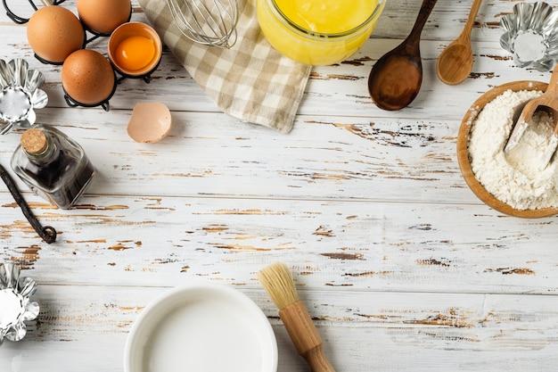 Выпечка кондитерская, ингредиенты, посуда на деревенском деревянном Premium Фотографии