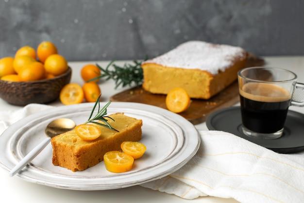 コーヒーブレーク、自家製ベーカリー - キンカンとオレンジのケーキ Premium写真