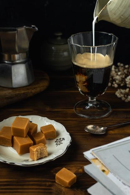 Крупным планом стакан кофе с соленой карамелью Premium Фотографии