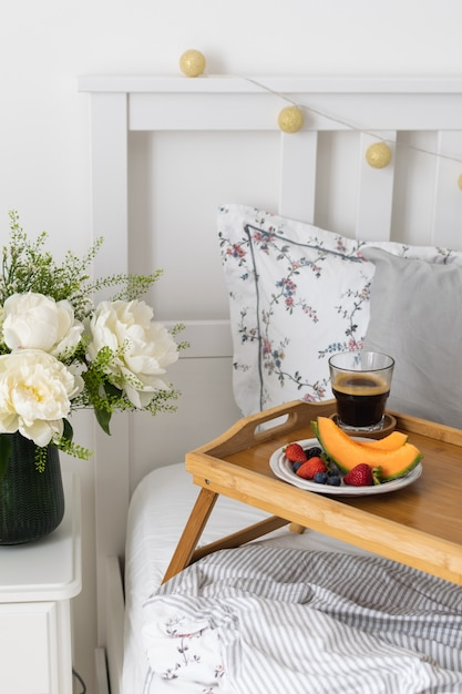 ベッドでのロマンチックな朝食 Premium写真