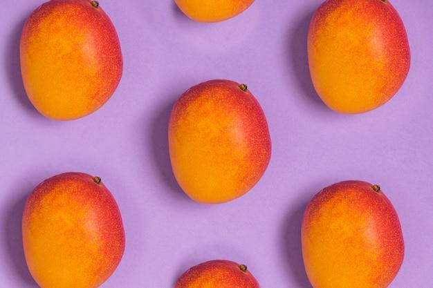 熟した熱帯マンゴー紫のパターン Premium写真