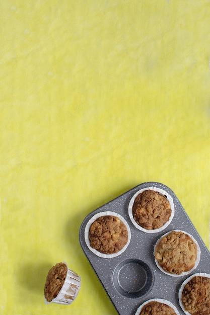 明るい黄色の焼きたてのマフィン Premium写真