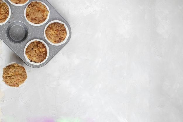 自家製パン-焼きたてのリンゴのマフィン Premium写真