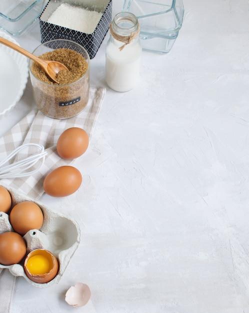 Приготовление выпечки с ингредиентами и посудой, вид сверху, копия пространства Premium Фотографии