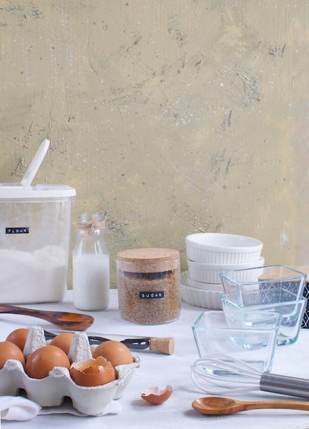 Кухонная утварь и ингредиенты для выпечки Premium Фотографии