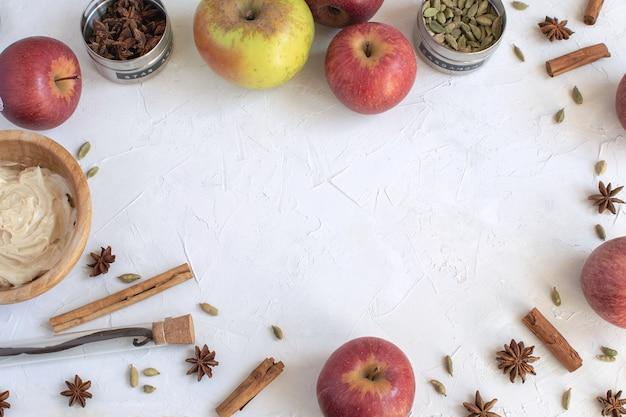 料理の背景-アップルパイやマフィン、秋のベーカリーの食材のフラットレイアウト。 Premium写真