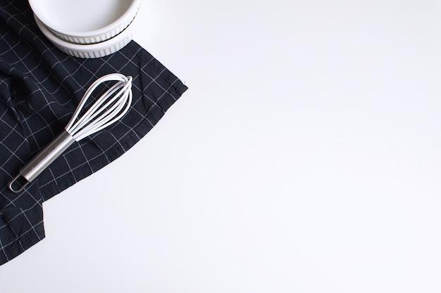 生卵泡立て器焼き型と市松模様の黒ナプキン Premium写真