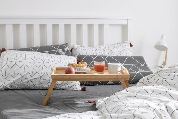 居心地の良い朝-ベッドでの朝食 Premium写真
