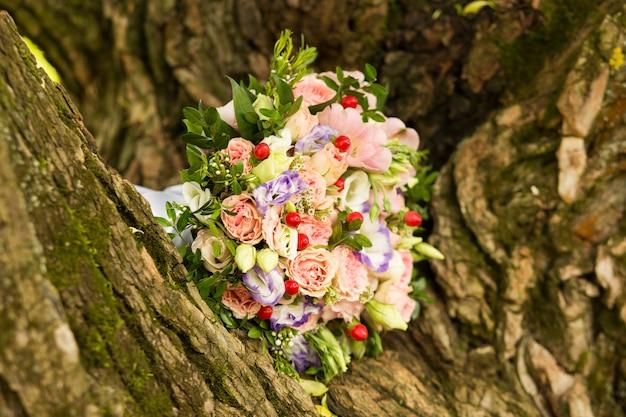 花嫁の花束にピンクと紫のバラ Premium写真