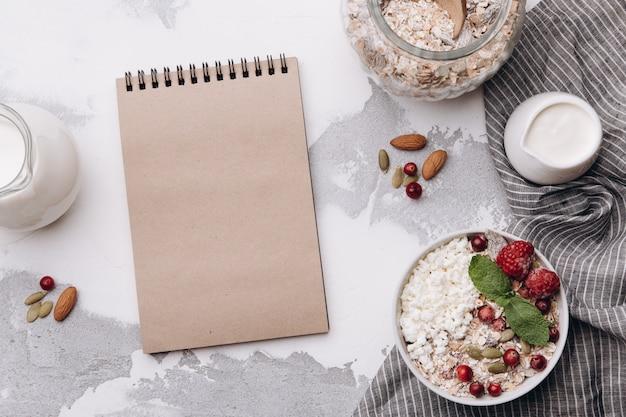空白のノートブックと朝食の食材ノートと朝食の食材 Premium写真
