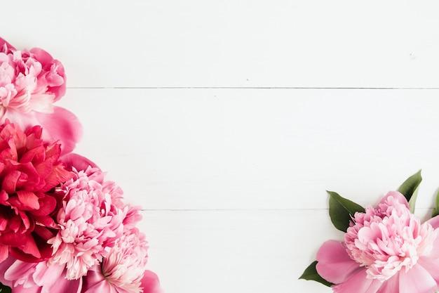 ピンクの牡丹と夏の花のフレーム Premium写真