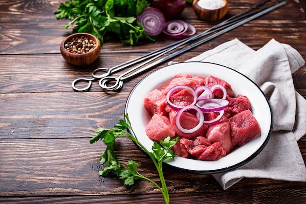 シシカバブやシャシリクを調理するための材料 Premium写真