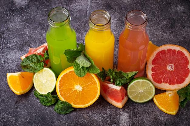 新鮮な柑橘系ジュースの選択デトックスドリンク。セレクティブフォーカス Premium写真