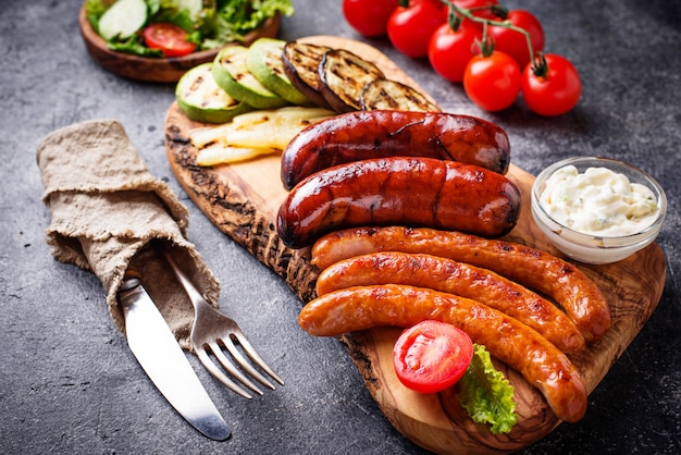 焼きソーセージと野菜の盛り合わせ Premium写真