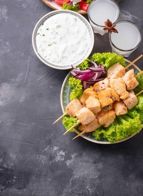 ザジキソース、スブラキ、伝統的なギリシャ料理 Premium写真