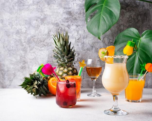 Набор разных летних коктейлей Premium Фотографии