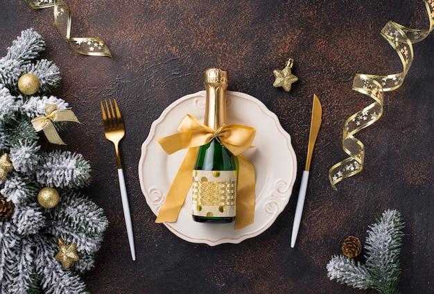 Рождественская сервировка и золотой декор Premium Фотографии
