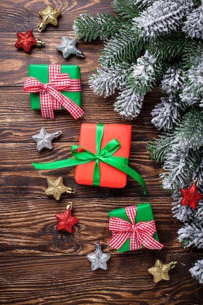 Новогодние подарочные коробки и зачищенная нить Premium Фотографии
