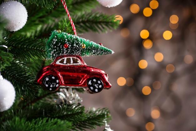 Елочная игрушка в виде красной машины Premium Фотографии