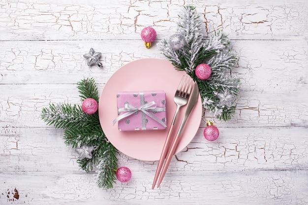 ピンクの枝とクリスマステーブルの設定 Premium写真