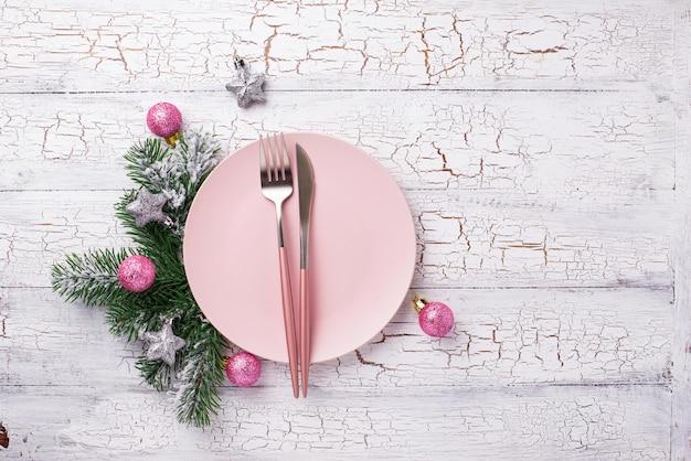 Рождественская сервировка в розовом с ветвями Premium Фотографии