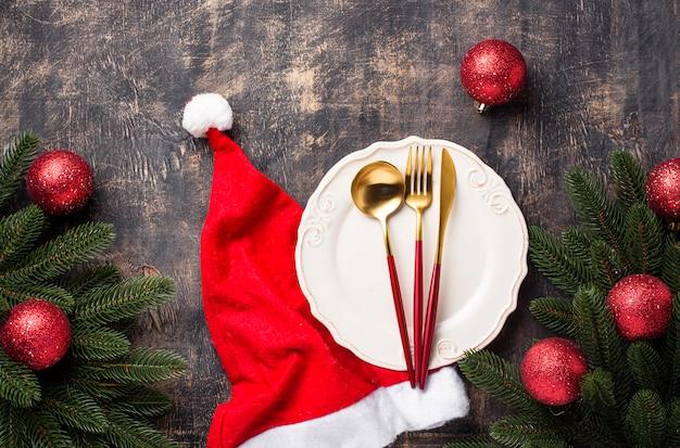 Рождественская сервировка с красным декором Premium Фотографии