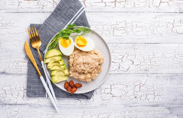 プレートでヘルシーなバランスの取れた朝食 Premium写真