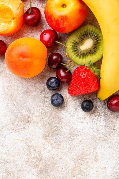 Фрукты и ягоды вид сверху Premium Фотографии