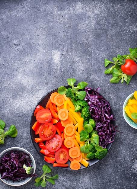 ヘルシーなベジタリアンレインボーサラダ Premium写真