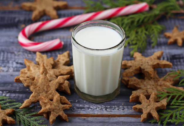 Рождественское печенье с молоком и пряниками Premium Фотографии