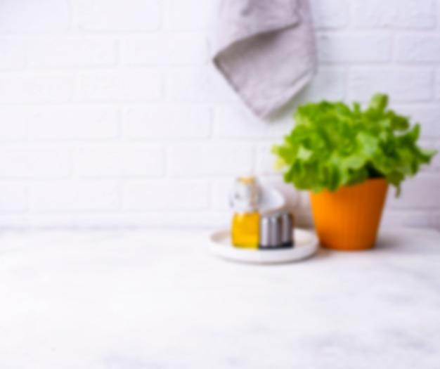 Расфокусированная современная кухня в светлых тонах Premium Фотографии