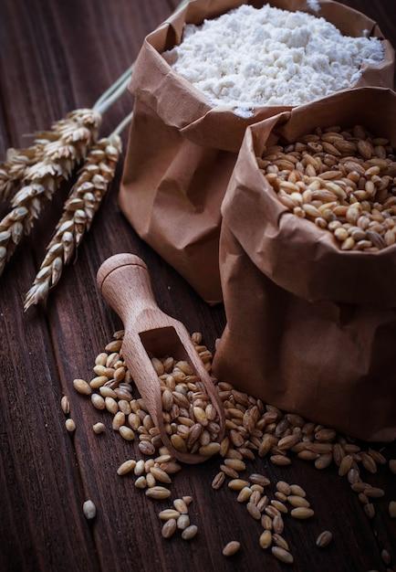 Пшеничное зерно и мука в бумажных пакетах Premium Фотографии