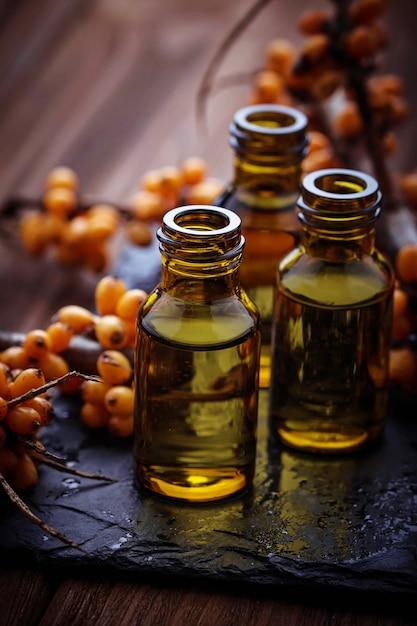 小瓶の中の海クロウメモドキ油 Premium写真
