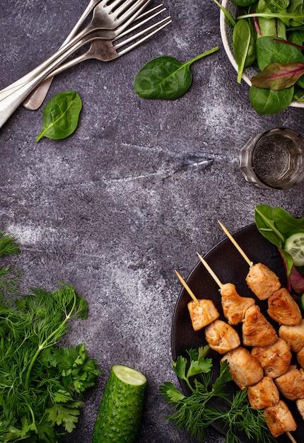 チキンシシカバブとグリーンサラダ。セレクティブフォーカス Premium写真