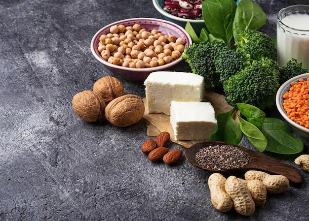 レンズ豆、ひよこ豆、ナッツ、豆、ほうれん草、豆腐、ブロッコリー、チアシード。 Premium写真