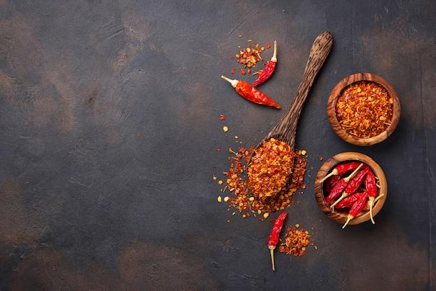 さびた背景に赤唐辛子 Premium写真