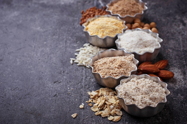 様々なグルテンフリーの小麦粉(アーモンド、そば、米、ひよこ豆、オート麦) Premium写真