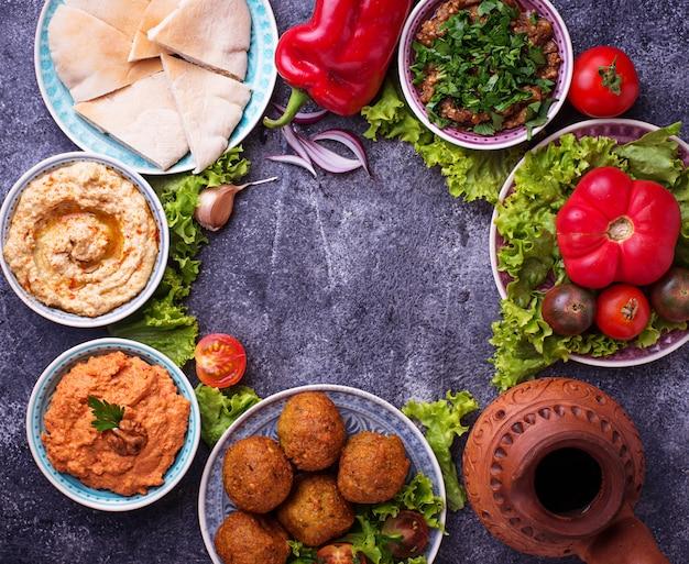 中東またはアラビア料理の選択。 Premium写真